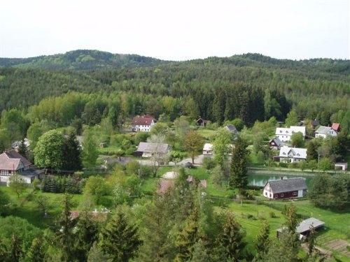 Pohled na osadu z vyhlídkové skály Havran.